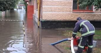 Підтоплені будинки, повалені дерева та відсутність світла: Україною пронеслася негода