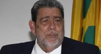 Во время протестов против вакцинации ранили премьер-министра Сент-Винсент и Гренадин