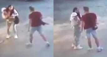 На Львівщині чиновник побив жінку з маленькою дитиною на руках: відео