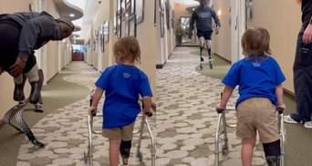 Перші кроки 2-річної дівчинки з протезом ноги: як паралімпієць допоміг дитині – відео