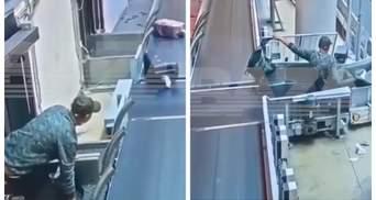 В аеропорту Москви чоловік спробував здати себе в багаж – вдалося так собі: відео