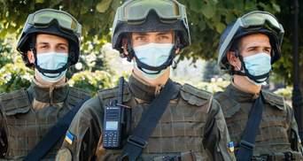 На в'їзді до Києва з'явились блок-пости та бронетехніка: фото навчань
