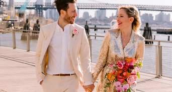 Женщина была подружкой невесты на 125 свадьбах: почему ее церемония была под дверью кофейни