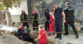 У Львові чоловік впав у траншею біля тротуару: фото