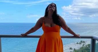 Как апельсин: беременная модель Эшли Грэм похвасталась большим животиком в платье Versace