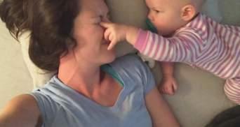 Открывает глаза и залезает на шею: мама выложила смешное видео с дочкой, которая мешает ей спать