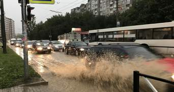 Хмельницький накрила сильна злива: пішоходи брели по воді – фото, відео