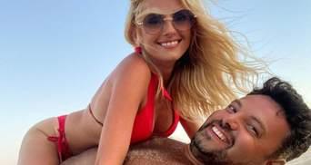 Ірина Федишин на пляжі в Болгарії влаштувала фотосесію з чоловіком: спекотні фото