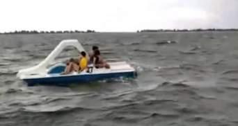 На Херсонщине детей унесло в открытое море на катамаране: видео операции спасения в шторм