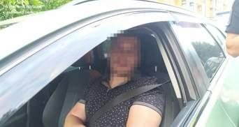 На Львівщині п'яний водій збив 2 людей і втік з їхніми речами на капоті