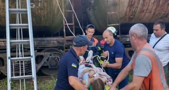 На Львовщине 14-летнюю девушку ударило током на крыше поезда: фото с места происшествия