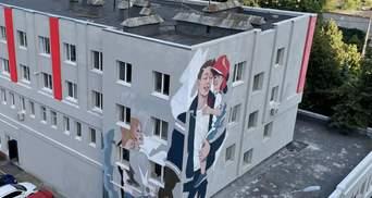 В Киеве появился мурал посвященный спасателям