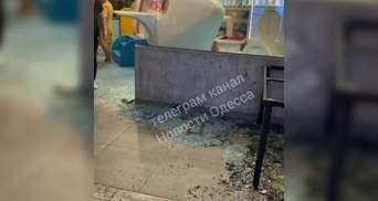 Упали стеклянные двери детской комнаты ресторана в Одессе: пострадал 3-летний малыш