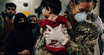 """""""Вона вмирала в мене на руках"""": 5-річна дівчинка загинула на очах перекладача в Кабулі"""