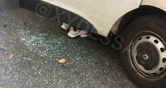 Спасали полицейского: одесситы побили служебное авто – фото с места