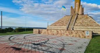 Дрифт на мемориале: в Тернопольской области водитель изувечил место легендарного боя