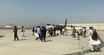 Талибы устроили парад и фотосессию в аэропорту Кабула после выхода войск США: красноречивые фото
