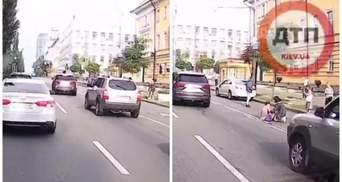 Опаздывала на пары: в Киеве авто влетело в студентку, которая перебегала дорогу – видео ДТП