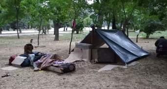 """В центре Одессы поселились ромы: сделали шатер и поставили матрасы – видео этого """"поселения"""""""