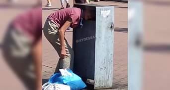 Голова одесситки застряла в мусорнике: понадобились спасатели – видео этой неудачи