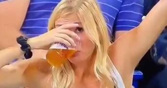Вболівальниця стала зіркою чемпіонату з тенісу у США: усе завдяки пиву – курйозні відео