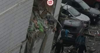 Сидить на краю уламків: у мережі опублікували моторошне фото малюка після вибуху в Росії