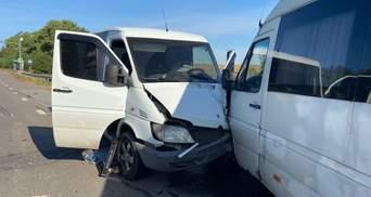 На Киевщине бус влетел в пассажирский автобус: пострадала полицейская – фото с места