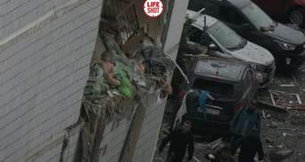 Сидит на краю обломков: в сети опубликовали жуткое фото малыша после взрыва в России