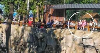 Медведь ходил рядом: детей посадили на ограду вольера Харьковского зоопарка