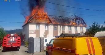 На Закарпатті горить будинок готельного типу: пожежники врятували чоловіка