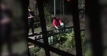 Била головой о скамейку: в Днепре 2 девушки устроили жесткую драку – видео избиения 18+