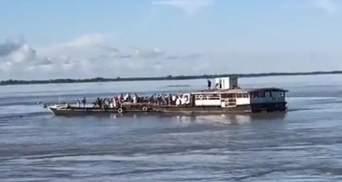 Прыгали в воду, чтобы спастись: в Индии десятки людей пропали без вести из-за столкновения судов