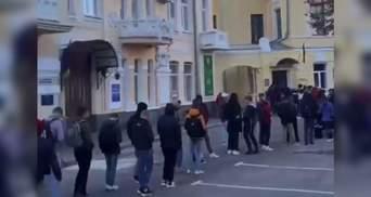 Стоят под военкоматом с 5 утра: харьковских студентов напугали штрафами