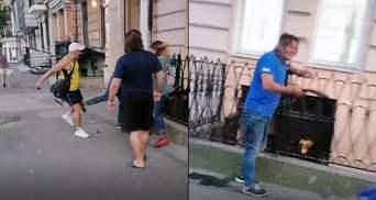 """""""Душив батогом"""" посеред вулиці: в Одесі перехожий відбив дівчину у """"батька"""" – відео"""