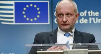 Показал пример: посол Евросоюза приехал на форум YES в Киеве на велосипеде