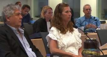 Мать погибшего в МН17 парня принесла прах сына в суд в Гааге и обратилась к Путину