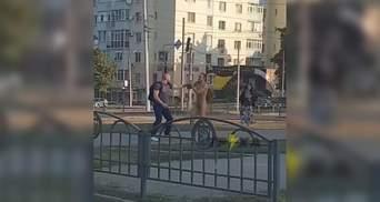 В Харькове голый мужчина напал на школьника и прохожего: обнародовали видео очевидцев