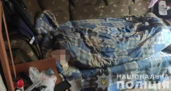 Мать лежала пьяная: маленькую девочку забрали из ужасных условий общежития на Харьковщине