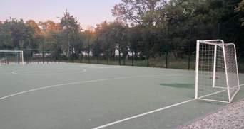 Упали ворота: в Харькове на школьном стадионе тяжело травмировался 6-летний мальчик