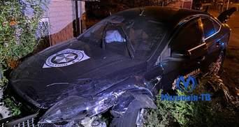 Чуть не влетела в дом: в центре Киева легковушка столкнулась с такси Bolt