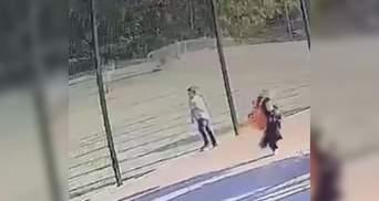 Обнародовали видео падения футбольных ворот на мальчика в Харькове