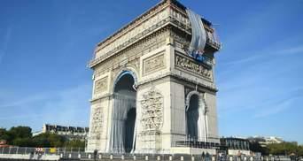 Триумфальную арку в Париже начали обращать тканью: зачем закрывают известный памятник