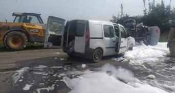 На Львовщине столкнулись бензовоз и легковушка: авто вдребезги, а горючее разлилось на дорогу