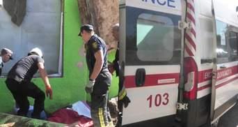 У Херсоні на перехожого впала бетонна плита: його діставали майже 10 рятувальників