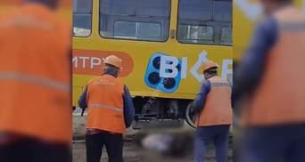 Бабця кинулась під трамвай в Одесі: діставали з автокраном