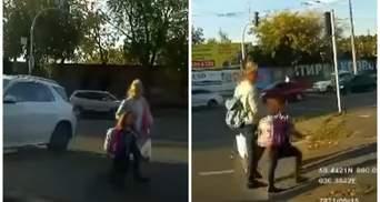 У Києві мама з дитиною перебігала дорогу на червоне світло: відео моменту
