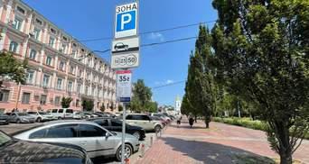 Киевским коммунальщики объяснили, почему парковка во дворах на Позняках стала платной