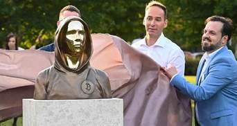 Замість обличчя – дзеркало: в Угорщині встановили статую творцеві біткоїна Сатоши Накамото