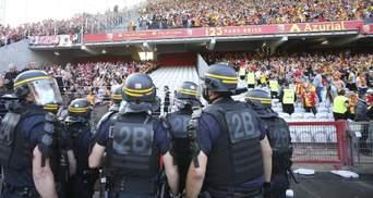 Фанаты выбежали на поле и устроили массовую драку во Франции: видео