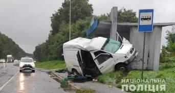 На трассе Киев – Чоп микроавтобус влетел в остановку: авто разбило вдребезги, водитель погиб